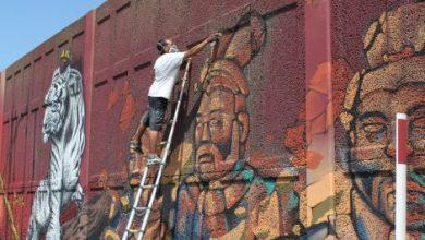 Photo of Des graffeurs professionnels créent une fresque sur les murs anti-bruits situés sur l'autoroute 10, en direction du pont Champlain